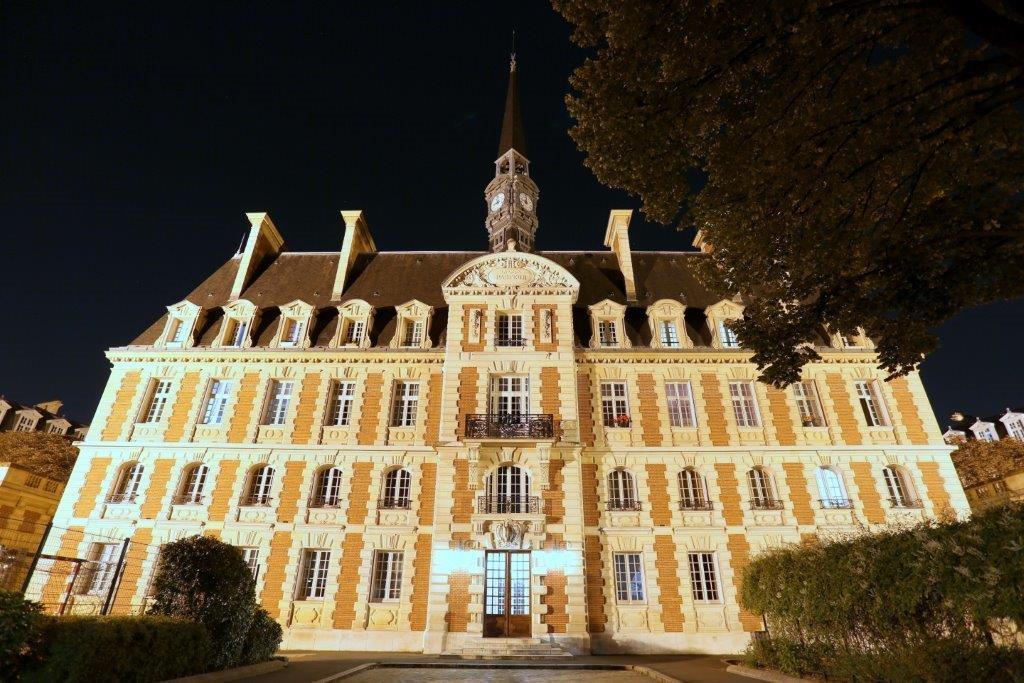 Photo nocturne d'un bâtiment du lycée Pasteur de Neuilly